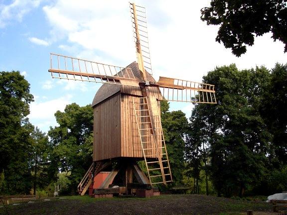 Die Bockwindmühle im Landschaftschutzgebiet hinter dem Hotel Grüner Baum in Berlin Gatow