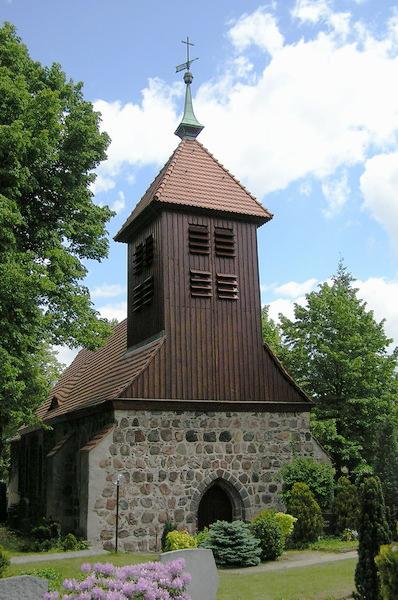 Die Gatower Dorfkirche, ein Stück die Straße runter vom Hotel Grüner Baum in Berlin Gatow